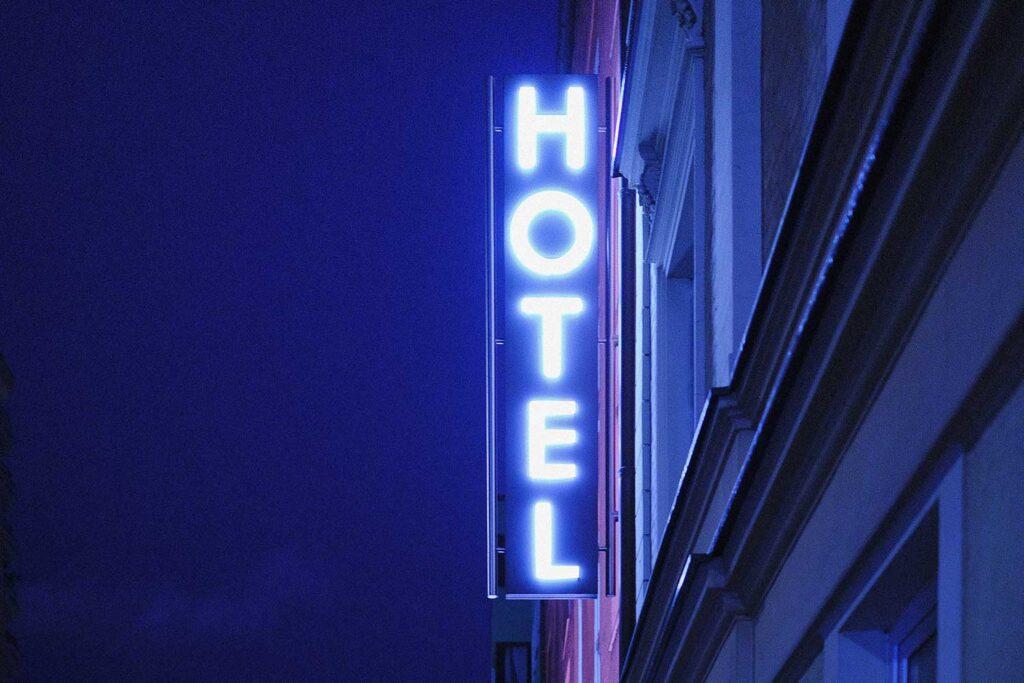 Leuchtreklame eines Hotels