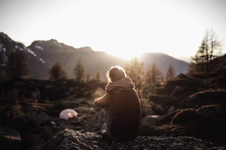 Frau in Berglandschaft
