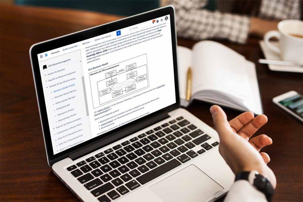 Notebook-Computer, auf dem ein Schema zum Wissensmanagement zu sehen ist