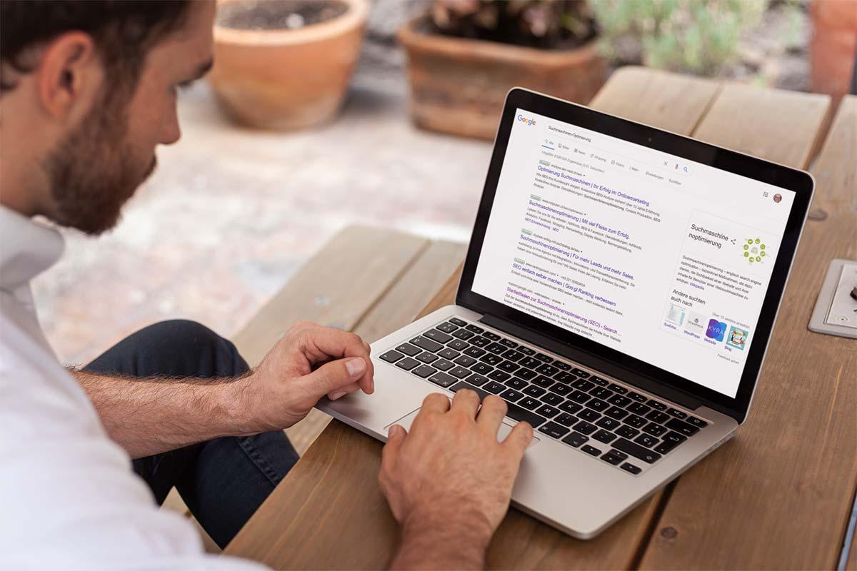 Mann googelt nach «Suchmaschinen-Optimierung»