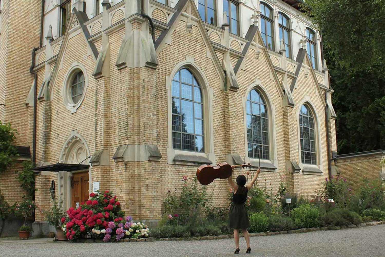 Cellistin vor der Klus Park Kapelle