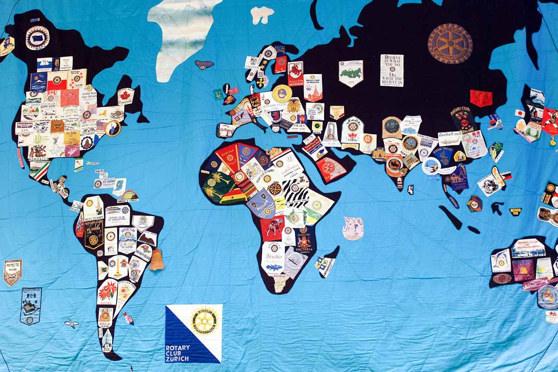 Wandbehang mit Weltkarte und Rotary-Clubabzeichen