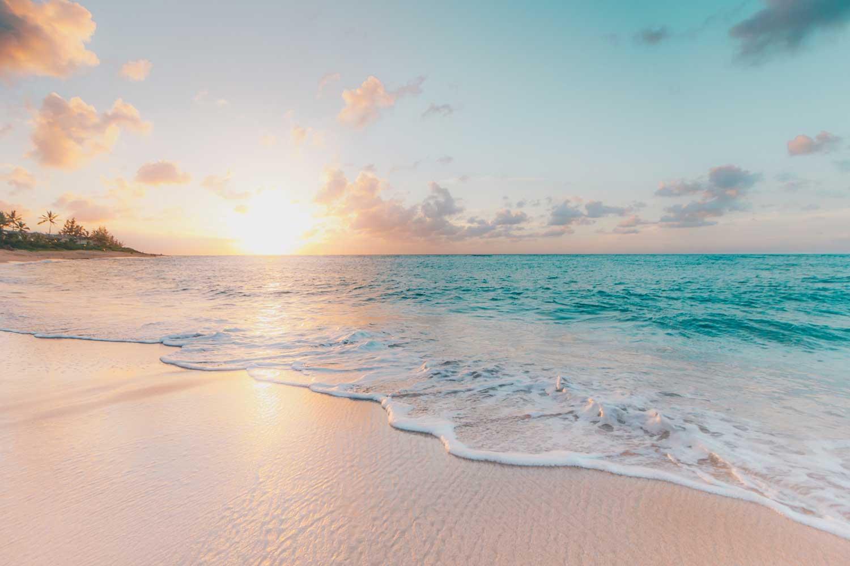 Meeresstrand bei Sonnenuntergang