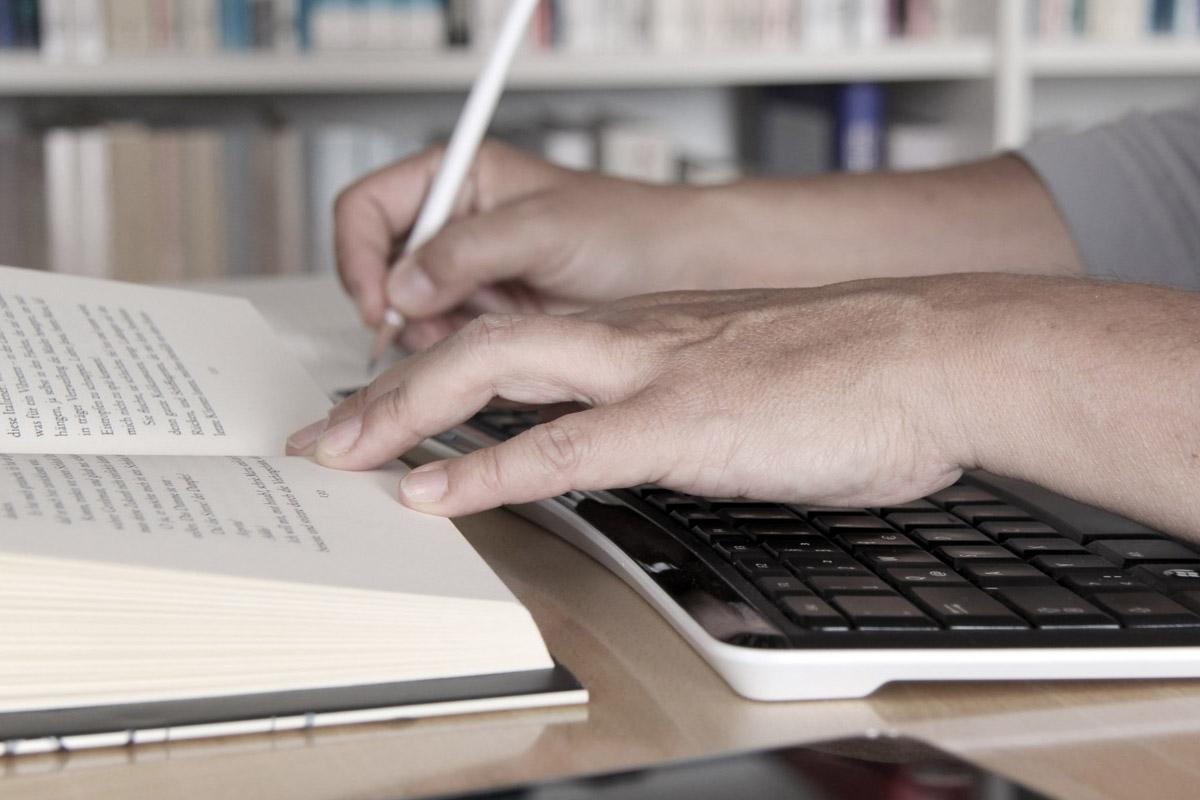 Hände beim Lesen und Schreiben